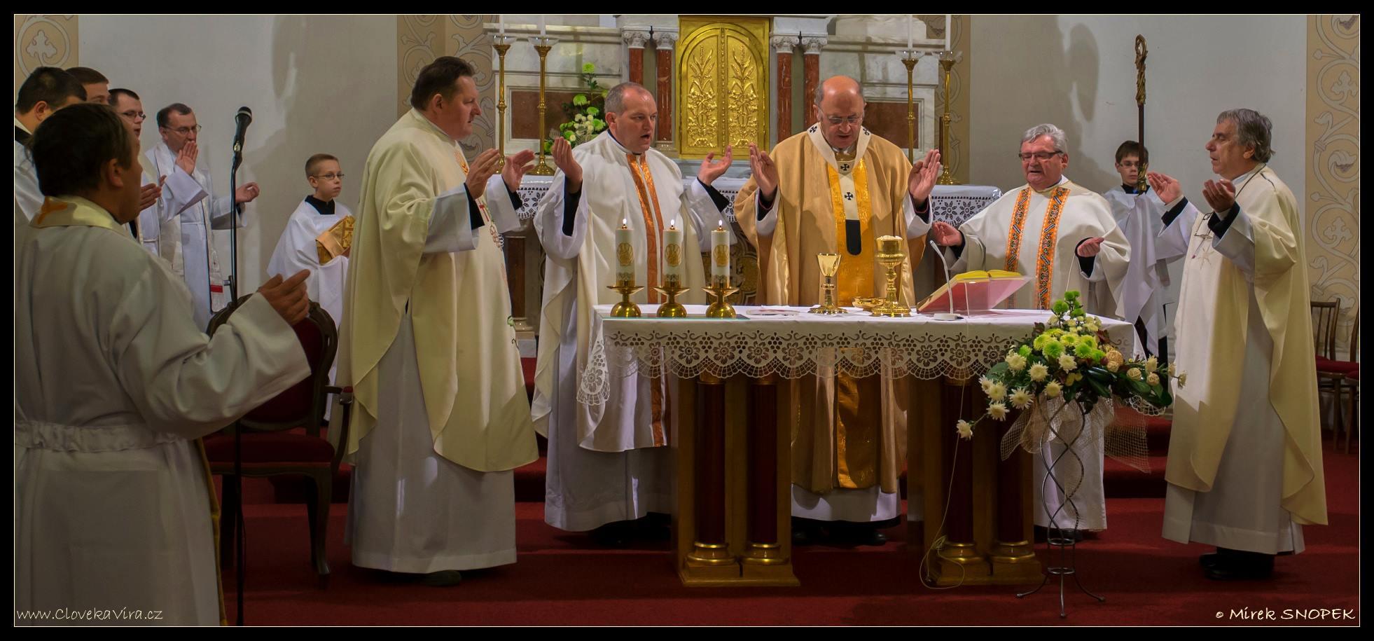 Kněží se modlili za vlastní posvěcení a s věřícími vzpomínali na P. Šuránka